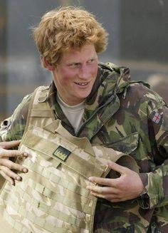 Pin for Later: Comment Harry S'est Transformé de Petit Garçon à Véritable Prince Le Prince Harry a enlevé sa tenue de combat après avoir passé 10 semaines en Afghanistan en 2008.