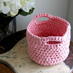 Crochet basket/ little purse for Easter. Quick and easy project... thanks so for share xox
