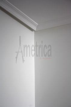 Detalle de pintura en liso, moldura de escayola y falso techo de pladur.