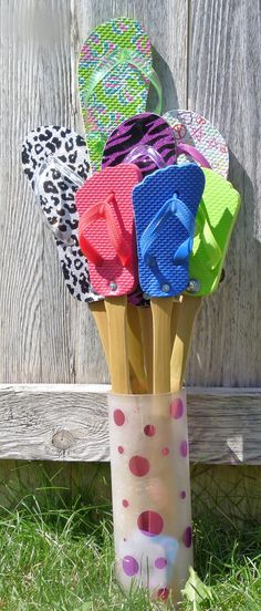 This would make a cool fly swatter! Craft Stick Crafts, Crafts To Make, Fun Crafts, Arts And Crafts, Tree Crafts, Beach Crafts, Summer Crafts, Flip Flop Art, Decorating Flip Flops