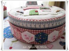 Las Agujas de Alicia: Caja de galletas decorada en Patch y Maniqui alfiletero