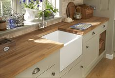 An Oak worktop complements our Burford Matt Grey Shaker Style kitchen . Design your contrasting kitchen at Howdens
