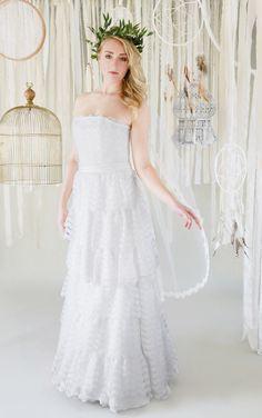 mona berg Kollektion 2017, Viktoria. Es ist ein 2-in-1 Kleid welches kurz wie lang getragen werden kann. Das Kleid ist aus einer sehr hochwertigen Kurbelspitze gearbeitet.