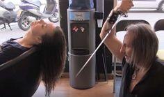Il parrucchiere samurai che taglia i capelli con la katana