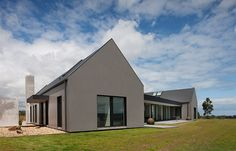 Farming vernacular and rural architecture stood as inspirations for this trio of Victorian farmhouse barns. Modern Farmhouse Design, Modern Farmhouse Exterior, Farmhouse Style, Grand Designs Australia, Style At Home, Nutec Houses, Farm Houses, Bungalow Haus Design, Modern Bungalow