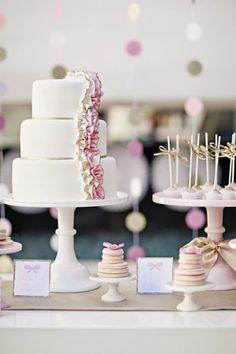 Inspiração linda para chá de panela, nas cores rosa e dourado. #chadepanela #chadebeleza #chadelingerie #bolo #cake #pateladecores #rosaedourado #bridaltea #bridalparty #noivinhasdeluxo