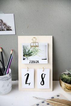 Creative DIY idea to make your own: DIY calendars made of plywood and insta . Kreative DIY Idee zum Selbermachen: DIY Kalender basteln aus Sperrholz und Insta… Creative DIY DIY idea: DIY calendars made from plywood and instax instant pictures Diy Tumblr, Diy Décoration, Easy Diy Crafts, Sell Diy, Fun Diy, Diy Calendario, Diy Kalender, Tumblr Rooms, Diy Room Decor Tumblr