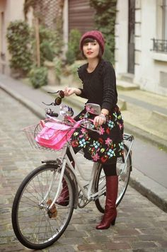 69 Ideas for city bike style cycle chic skirts Cycle Chic, Bicycle Women, Bicycle Girl, Retro Mode, Mode Vintage, Vintage Bikes, Look Gamine, Moda Professor, Pin Up Retro