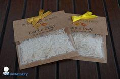 """Chuva de arroz personalizada para desejar aos noivos felicidades eternas.  Envelope em papel kraft com saquinho de arroz e laço em fita de cetim.  Combine com os lencinhos """"Lágrimas de alegria""""!  Acompanha o arroz.  Tamanho: 7,5 x 7,5 cm R$ 1,20"""