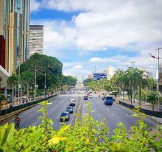 Foto compartida por @elviajedejuana a través del hashtag #CaracasWalk ◇ 🚶 🚶 🚶 Av. Bolívar🚶 🏃🚶 ◇ #Caracas #Venezuela #Chacao #Baruta #Hatillo #Sucre #Libertador #miranda