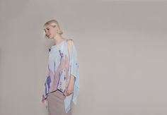 "Avantgarde, zero-waste Seidenbluse mit Druck in Pastelltönen von ""Natascha von Hirschhausen"". Modern, avantgarde fashion blouse made of pure silk. Digitally printed with an abstract print in pastell in Germany and zero-waste top."