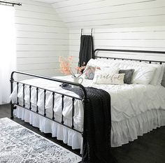 Modern farmhouse design integrates the standard with the brand-new makes any type of room very comfortable. Discover finest rustic farmhouse bedroom decoration ideas as well as style suggestions. Farmhouse Style Bedrooms, Farmhouse Bedroom Decor, Home Decor Bedroom, Farmhouse Design, Rustic Farmhouse, Bedroom Ideas, Bed Ideas, French Farmhouse, Design Bedroom