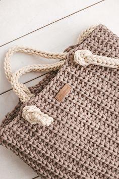 How to crochet tote bag. Easy Crochet Hat, Crochet Socks, Chunky Crochet, Crochet Stitches, Knit Crochet, Crochet Handbags, Crochet Purses, Crochet Tote Bags, Beginner Crochet Projects