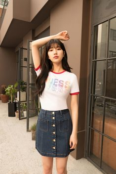 The singer and actress Suzy released a picture of her girlfriend`s look.  Suzy in the public picture caught my eye with a daily look that looked more relaxed than ever under the warm sunshine of a leisurely afternoon. Suzy showed a youthful casual look with colorful shir...