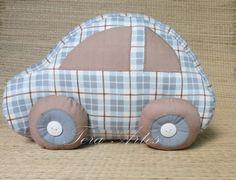 Almofada em formato de carrinho. <br>Uma maneira linda e divertida para compor a decoração do quarto do seu bebê. <br>Medidas: 20/29cm