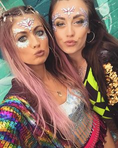 Rave/Festival looks & accessories. Make Up Gold, Glitter Make Up, Glitter Hair, Body Glitter, Music Festival Outfits, Coachella Festival, Rave Festival, Festival Costumes, Festival Fashion