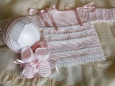 CANASTILLAENLANA: CONJUNTO ALMUDENA Baby Knitting Patterns, Baby Patterns, Little Ones, Little Girls, Knitted Baby Blankets, Baby On The Way, Baby Booties, Knit Cardigan, Knit Crochet