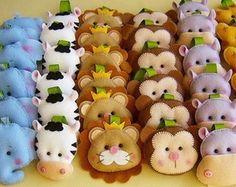 Lembrança Chá e Maternidade Felt Crafts Diy, Felt Diy, Crafts To Do, Fabric Crafts, Pencil Topper Crafts, Pencil Toppers, Felt Animal Patterns, Stuffed Animal Patterns, Felt Banner
