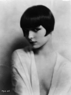 Louise Brooks - c. 1924 - Photo by Edward Thayer Monroe Blonde Vs Brune, Louise Brooks, 1920s Style, Vintage Style, Vintage Beauty, Vintage Fashion, Bang Hairstyles, Cute Hairstyles For Short Hair, Short Hair Styles
