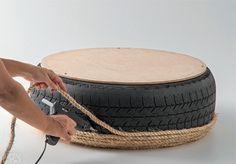 Vire o pneu de cabeça para baixo e continue revestindo-o no sentido da corda, agora contornando toda a lateral até chegar à borda do disco de MDF.