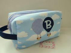 Necessaire Baby Box é ótima para guardar os produtos do seu bebê e também para usar como porta fraldas.  Confeccionada em tricoline (100% algodão), estruturada e com aplicações do nome e do tema.    *** Nesse valor está incluso o primeiro nome do seu bebê, em caso de nome composto por favor nos c...