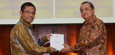 JAKARTA, (tubasmedia.com) – Menteri Perindustrian Mohamad S Hidayat menyerahterimakan jabatannya kepada penggantinya Saleh Husin di gedung Kemenperin, Selasa 28/10/2014.