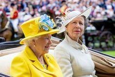 La princesse Anne est désormais la star des réseaux sociaux! Alors qu'elle s'est faite réprimander par la reine lors d'une réception, la vidéo de sa réaction est devenue virale. écrit par Sarah Ch. Cet article La princesse Anne réprimandée par la reine ? Sa réaction hilarante fait le buzz est apparu en premier sur Potins.net.  A lire: Elizabeth II fait appel à une maquilleuse qu'un seul jour dans l'année  Le prince Andrew dans la tourmente : Elizabeth II prend une grande décision  L