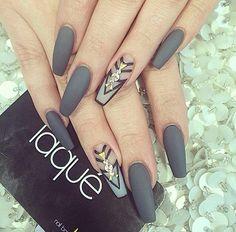 Coffin shaped nails with grey polish - nail art matte gray nails, laque nail bar Fabulous Nails, Gorgeous Nails, Pretty Nails, Nice Nails, Gray Nails, Matte Nails, Acrylic Nails, Stiletto Nails, Hot Nails