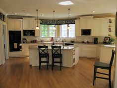 love the black and white valance, and the cream colored cupboards