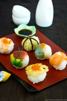 is a small, colorful ball-shaped sushi topped with various ingredients and is perfect for bento or potluck parties! Bento, Temari Sushi, Japanese Sushi, Japanese Party, Japanese Rice, Japanese Dishes, Salmon Sashimi, Nigiri Sushi, Sushi Party