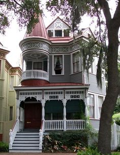 historic homes belleantique: Victorian House in Savannah, GA - Victorian Houses Victorian Architecture, Beautiful Architecture, Beautiful Buildings, Beautiful Homes, Victorian Style Homes, Victorian Era, Victorian Photos, Victorian Cottage, Plantation