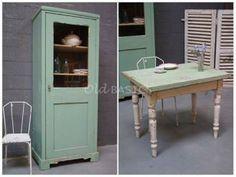 Lente-groen! Unieke oude groene kast, brocante ijzeren stoel en uitklapbare keukentafel: leuk in keuken of woonkamer......of onder de veranda? Alles van Old-Basics (webshop & grote loods van 750m2)