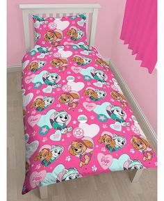 This official Paw Patrol Single Duvet Cover Set is the perfect finishing touch for any Paw Patrol themed bedroom! The design features Skye and Everest and has a pretty pink and turquoise heart and paw print themed background.