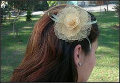 presillha com grampo grande de cabelo,com flor de folhas desidratadas e miolo com cristal,  fita de cetim que imita folhas.