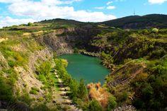 Tokajhoz közel Tarcal bányatavát sziklafal öleli körbe, ami nagyon különlegessé teszi a strandot. A víz ugyan gyorsan mélyül, és a büfét is kár keresni, ám ezekért a táj szépsége kárpótol. River, Places, Outdoor, Outdoors, Outdoor Games, The Great Outdoors, Rivers, Lugares