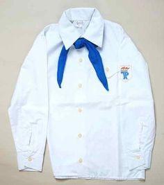 Pionierhemd und blaues Halstuch -  vom Hemd das Emblem abgetrennt und man hatte eine coole Bluse, die es sonst nicht in den Läden gab. Dazu Bluejeans aus dem Westen und es ging ab!