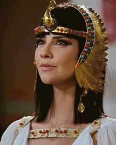 Nefertari BC - ca. Nefertari's origins are unknown except that is thought that she was a member of the. Egyptian Headpiece, Egyptian Costume, Headdress, Egypt Queen, Gisele Bündchen, Creative Hairstyles, Ancient Jewelry, Headgear, Costume Design