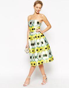 Looks de boda para invitadas. Vestidos de flores #moda #tendencias #bodas #estilo #invitadas #trajesdefiesta