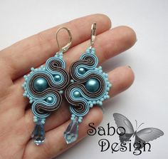 Imagen de http://img03.deviantart.net/01ec/i/2012/092/e/4/blue_dragons___soutache_earrings_by_samanthabossy-d4uq9e9.jpg.