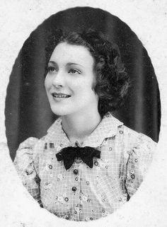 Sylvia Regina Rexach González. 1921-1961. Compositora, libretista, escritora, columnista, cantante y poetisa puertorriqueña. De niña aprendió a tocar varios instrumentos musicales, como el piano, la guitarra y el saxofón. Para la década de 1940, Rexach formó y dirigió el primer trío de mujeres, Las Damiselas. Esta agrupación se presentó en diversas emisoras radiales como WKAQ, WIAC y WAPA Radio de San Juan, así como en teatros de Puerto Rico y Nueva York. Trabajó como libretista para algunos… Puerto Rican People, Puerto Rican Cuisine, Puerto Rico Food, Puerto Rico History, Puerto Rican Culture, Modern Photographers, Important People, Puerto Ricans, Beautiful Islands