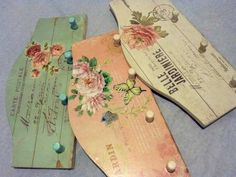 Decoupaged key hangers Decoupage Vintage, Decoupage Paper, Wood Crafts, Diy And Crafts, Shaby Chic, Country Paintings, Painting On Wood, Wood Art, Craft Projects