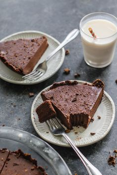 chocolate pie with a grain-free gluten-free chocolate crust and decadent chocolate, almond butter, and coconut cream based filling. Sin Gluten, Vegan Gluten Free, Gluten Free Recipes, Baking Recipes, Vegan Recipes, Dairy Free, Decadent Chocolate, Gluten Free Chocolate, Chocolate Desserts