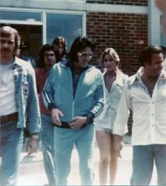 Leaving his hotel in Roanoke Virginia with Linda Thompson and the gang ...