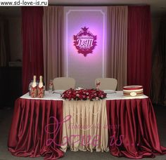 Свадьба в цвете марсала - оформление стола молодоженов, герб, инициалы молодоженов