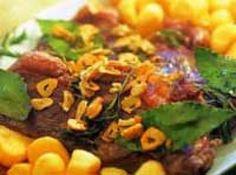 Receita de Contrafilé à fiorentina com batatas ao forno - 4 bifes grandes de contrafilé, 1 cabeça de alho, 5 ramos de alecrim, 5 folhas de louro, 1 kg de batatas-bolinha descascadas, 1 cebola picada, sal a gosto