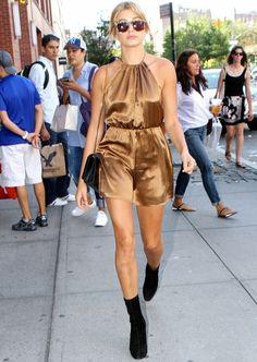 Look Hailey Baldwin com macaquinho metálico e bota.