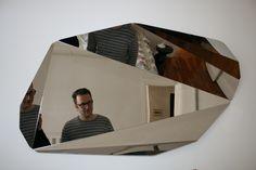 Un reflet défragmenté à l'infini dans le miroir Piega : http://www.madeindesign.com/prod-miroir-piega-145-x-70-cm-made-in-design-editions-refpiega-miroir.html