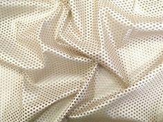 Couro Metalizado Tela, loja online de tecidos (Offwhite). Couro ecológico com efeito metalizado suave. Possui vazados circulares, seguindo o padrão de uma tela. Tecido leve e maleável, ideal para peças que exijam certa flexibilidade, mas não para peças fluidas.  Sugestão para confeccionar: Saias, shorts, jaquetas, detalhes em peças, vestidos tubinho, entre outros.