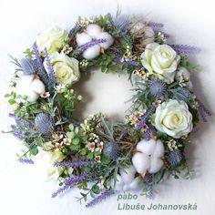 Věnec BB = Bavlník a bodlák (243) Trvanlivá dekorace vhodná i do exteriéru. Použitý materiál: umělé květiny: růže, bodláky, drobné bílé květy wax a eukalypt. Dále přírodní kapsle bavlníku a větvičky. Průměr věnce: 36 cm. Christmas Wreaths, Wax, Floral Wreath, Holiday Decor, Home Decor, Christmas Garlands, Homemade Home Decor, Holiday Burlap Wreath, Decoration Home