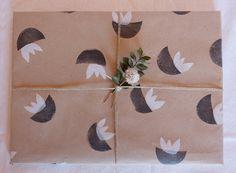 Estampar en papel kraft y dejar tus regalos así de bonitos con un sencillo patrón a dos colores. Wrapping, Wraps, Packing, Home Decor, Stampin Up, Simple, Parts Of The Mass, Paper Envelopes, Presents